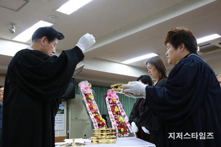 성찬식 집례 정일량 목사.JPG