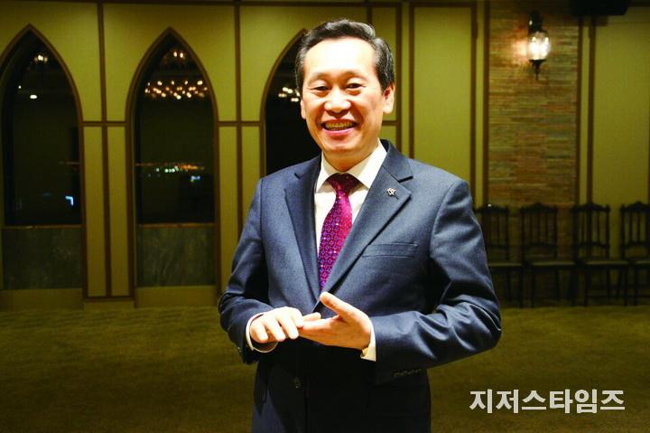 설동욱 목사.jpg